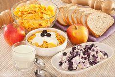 Płatki kukurydziane z jogurtem i twarożkiem borówkowym #smacznastrona #przepisytesco #płatkikukurydziane #jogurt #twarożek #borówki #pycha #mniam