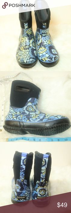 Bogs Class Mid Lanai Rain Boots Sz 8 Bogs Class Mid Lanai Rain Boots Sz 8 Beautiful blue floral design Minor stains and light scruff on sole These waterproof mid boots feature durable hand-lasted rubber over a four way stretch inner bootie. They are constructed with 7mm waterproof Neo-Tech insulation, and have a non-marking and self-cleaning outsole, an Aegis anti-microbial odor protection insole, and easy-on pull handles. The handles make it super easy to put on and take off CATEGORY…