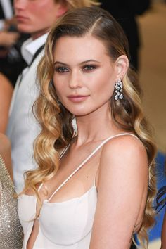 Red Carpet Makeup Look : Behati Prinsloo Hair and Makeup at the Met Gala 2017 Veronica Lake, Wedding Hairstyles, Cool Hairstyles, Red Carpet Hairstyles, Red Carpet Makeup, Celebrity Makeup Looks, Hair Transformation, Celebrity Hairstyles, Prom Hair