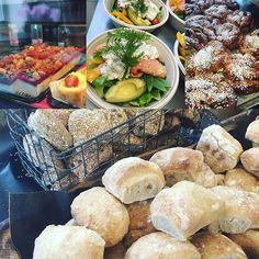Tisdagssmygen är i fullgång 10-16! Idag erbjuder vi en sallad med kallrökt lax våran skagenröra på handskalade räkor och avokado. Dagens soppa är potatis och purjolök med Västerbottenost. Surdegsfrallor eller våra goda fröfrallor samt nygräddade kanelbullarvälkomna! #sockermajas #torslanda #hantverksbageri #bullar #sallad #soppa #välkomna