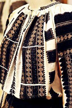 Romanian Blouse. OIANU-LOWENDAL - by Simona Dragan BS Polish Embroidery, Folk Embroidery, Learn Embroidery, Embroidery Stitches, Embroidery Patterns, Traditional Fashion, Traditional Art, Traditional Outfits, Fashion Art