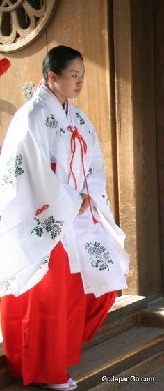 巫女さん miko (shrine maiden)
