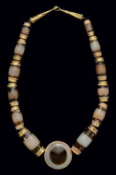AN EAST GREEK OR SOUTH ARABIAN GOLD AND AGATE BEAD NECKLACE -  CIRCA 300 B.C.