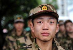 """La race humaine en 24 photos poignantes """"J'en ai jusqu'au cou des vieux hommes qui dessinent des guerres où iront mourir des jeunes hommes"""""""