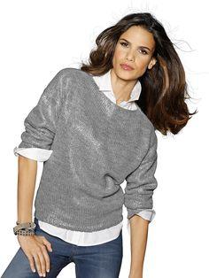 Pullover in trendiger, kastiger und kurzer Form – ideal über längere Tops, Shirts und Blusen zu kombinieren. Allover mit silberfarbenem, metallisch glänzendem Druck. Überschnittene Schulter. Länge in Gr. 36/38 ca. 56 cm. Obermaterial: 60% Polyacryl, 20% Baumwolle, 20% Polyamid, waschbar...