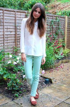 Skinny verde menta pastello, camicia bianca, mocassini