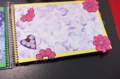 flores cartulina con marcadores y corazón de botones sobre papel impresora entintado spray con sello de corazón