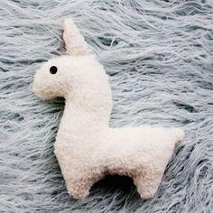 Stuffed llama Baby Dress Patterns, Sewing Patterns Free, Free Sewing, Sewing Tutorials, Sewing Ideas, Diy Pouch No Zipper, Zipper Pouch Tutorial, Bow Tutorial, Pants Tutorial