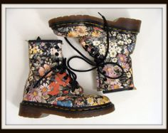 Temporairement réduite a 295.00 vintage Black Floral Dr Doc Martens 8 Eyelet bottes fille taille 13 UK US taille 1