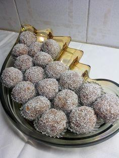 Υλικά 1 ζαχαρούχο 1,5 φλιτζάνι μπισκότα αλεσμένα 1 φλιτζάνι ινδική καρύδα μισό φλιτζάνι καρύδια αλεσμένα. Ζυμώνουμε όλα μαζί τα κάν...