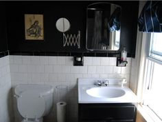 Malerier og rammer hører ikke kun hjemme i stuen. Du kan også skabe en virkelig god stemning med et billede på toilettet - det kan både være stilet, sjov, anderledes eller ... alt efter temperament. Flere tomme rammer hængt ved siden af hinanden kan også være flot på badeværelset.