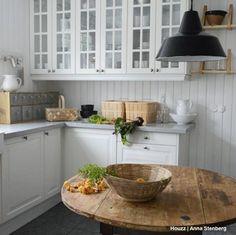 """Los tonos blancos y los materiales naturales como la madera, el mimbre o el metal se combinan a la perfección en esta cocina estilo """"casa de campo"""" de aires otoñales diseñada por @adddesign.se en #Suecia."""