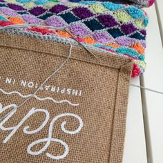Scheepjes CAL 2015 Flight of Fancy juten tas Annelies Baes Crochet Handbags, Crochet Purses, Crochet Bags, Jute Shopping Bags, Flower Granny Square, Basket Bag, Cute Bags, Bag Making, Crochet Patterns