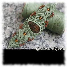 Bracelet entièrement tissé à la main en macramé vert avec cabochon d'Obsidienne Acajou. Créations : Igwana Bijoux, partenaire officielle de la boutique Aux Portes de l'Universel.