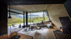 NATUREN INN: De majestetiske omgivelsene kommer tett på i stuen som har fritt utsyn til Sunnmørsalpene. Nabolaget består av eldre og nyere, tradisjonelle hytter.  (Foto: Jan M. Lillebø)