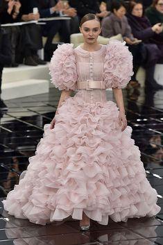 Chanel Wedding Dress, Wedding Dress Trends, Wedding Dresses, Wedding Ideas, Couture Looks, Haute Couture Fashion, Chanel Couture, Haute Couture Paris, Couture Dresses
