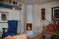 Ein Hoch der guten alten Zeit knistert durch den stilechten Ofenmantel und füllt den Raum mit wohltuender Wärme. #Stilofen #Säulenofen #Fireplace www.ofenkunst.de