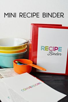 Printable Mini Recipe Binder Mini Recipe Binder - perfect little binder to store favorite family recipes. This makes a great Christmas gift idea for your siblings! Fixate Cookbook, Making A Cookbook, Cookbook Ideas, Cookbook Display, Cookbook Storage, Homemade Cookbook, Cookbook Design, Cookbook Recipes, Binder Organization