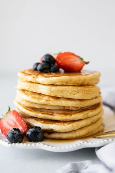 Greek Yogurt Pancakes that are SO easy to make! 😍 Made w/ @twogoodyogurt, which adds a creamy texture to the pancake batter as well as added protein. This recipe is one that you'll want to keep on repeat! #twogoodambassador Pancake Recipe Ingredients, Pancake Recipe With Yogurt, Greek Yogurt Pancakes, Greek Yogurt Recipes, Tasty Pancakes, Whole Food Recipes, Healthy Recipes, Healthy Breakfasts, Pancake Calories