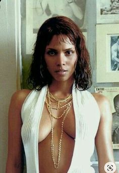 James Bond, Pictures Of Halle Berry, Halley Berry, Halle Berry Hot, Halle Berry Storm, Famous Women, Beautiful Black Women, Berries, Babe