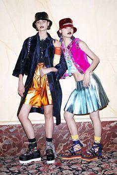 Miu Miu: fase lisérgica dos anos 90 dá o tom do resort 2017 - Vogue   Desfiles