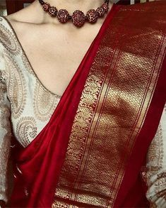 Rotgold-Saree mit elfenbeingoldener Bluse und roter Perlenkette # Source by . Silk Saree Blouse Designs, Saree Blouse Patterns, Blouse Silk Saree, Designer Saree Blouses, Gold Silk Saree, Wedding Saree Blouse Designs, Red Saree, Saree Look, Maroon Saree