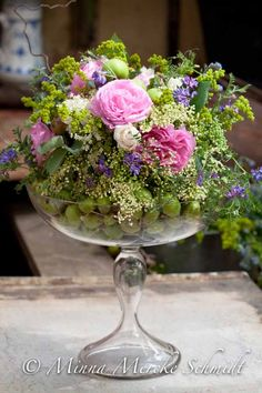 So pretty to mix fruit with florals - love this arrangement! Bunch Of Flowers, Cut Flowers, Fresh Flowers, Spring Flowers, Beautiful Flower Arrangements, Floral Arrangements, Beautiful Flowers, Deco Floral, Arte Floral