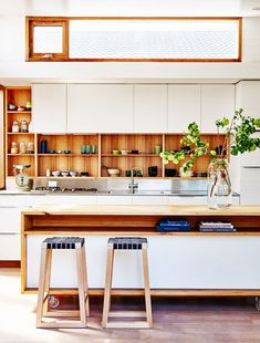 Ten inspiring contemporary colourful kitchens that buck the all-white kitchen trend and embrace eclectic hues, shades of pink, timber cabinetry and more. Deco Design, Küchen Design, House Design, Design Trends, Design Ideas, Kitchen Interior, New Kitchen, Kitchen Decor, Boho Kitchen