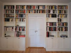 Andra skåpdörrar och knoppar men annars var det liknande en sådan här platsbyggd bokhylla i sekelskiftesstil jag pratade om.