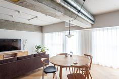 ラウンド型のダイニングテーブルは、「四角いものよりスペースを取らなくていい」そう。 #I様邸検見川浜 #ヘリンボーン床 #フローリング #ホワイトオーク #キッチン #ダイニング #インテリア #EcoDeco #エコデコ #リノベーション #renovation #東京 #福岡 #福岡リノベーション #福岡設計事務所 Conference Room, Table, Furniture, Home Decor, Decoration Home, Room Decor, Tables, Home Furnishings, Home Interior Design