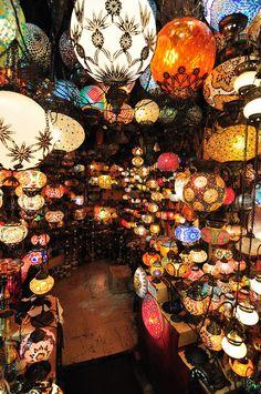 トルコのランタン屋さん、きれい! 個性的なランタンがいっぱいあります。あなたのお部屋に合うものは見つかりそうですか?
