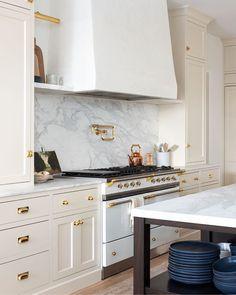 Kitchen Knobs, Kitchen Reno, New Kitchen, Kitchen Dining, Kitchen Remodel, Kitchen Cabinets, Beige Kitchen, Green Kitchen, Home Luxury