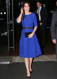 Fashion-Looks: Kates königsblaues Kleid: Herzogin Catherine trägt ein royalblaues A-Linien Kleid des indischen Designers Saloni für umgerechnet rund 790 Euro - mit einem schwarzen Gürtel betont sie ihre Taillie. Während ihre Clutch und Pumps farblich auf das Leder des Gürtels abgestimmt sind, findet sich der Goldton der Schnalle in ihren Ohrringen wieder.