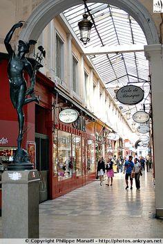 Statue du Passage de l'Argue (Lyon, Rhône-Alpes). Elle représente Mercure, dieu romain protecteur des commerçants et des voyageurs, à l'entrée de la belle galerie marchande