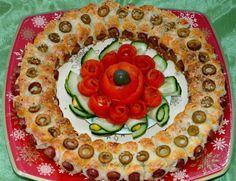 Corona navidad de hojaldre y salchicas  http://tartaspastelesdulcesysaladosbympop.blogspot.com.es/2013/12/corona-de-navidad-con-hojaldre-y.html