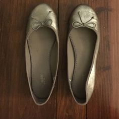 Old Navy Silver Ballet Flats Old navy ballet flats in great condition Old Navy Shoes Flats & Loafers