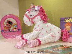Este tierno caballo de tela  puede servirte como un regalo, o un hermoso muñeco  para decorar la habitación  de las niñas. Te damos un paso ...