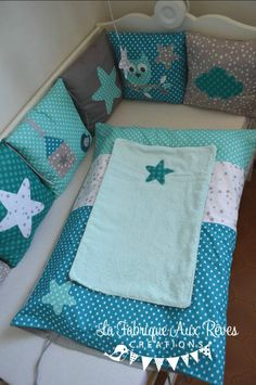 housse matelas à langer étoiles turquoise pétrole gris Baby Dress Design, Baby Design, Baby Boy Blankets, Baby Pillows, Baby Cot Bumper, Alex Toys, Bebe Baby, Baby Presents, Baby Couture