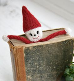 """Christmas gift idea for the Crochet DROPS Christmas Santa book mark in """"Alpaca"""". Marque-pages Au Crochet, Crochet Santa, Crochet Books, Crochet Home, Free Crochet, Crochet Granny, Hand Crochet, Crochet Bookmark Pattern, Crochet Dolls Free Patterns"""