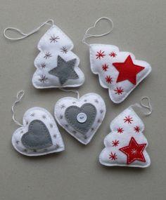 Vánoční dekorace velikost stromečku 10 x 8,5 cm, velikost srdíčka 8,5 x 8,3 cm, vyrobeno z plsti, vyplněno dutým vláknem, cena za 1 kus