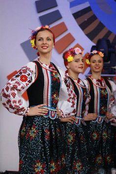 Watra Zdynia Festival, lemko ukrainan girls in traditional costume, folk, flowers, http://www.watrazdynia.pl/