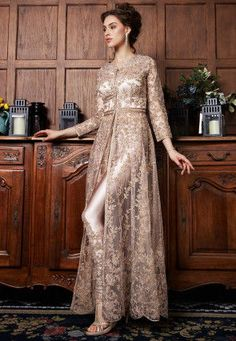Gestickter Netzanzug im Abaya-Stil in Roségold. Pakistani Bridal Dresses, Pakistani Dress Design, Pakistani Outfits, Indian Outfits, Pakistani Engagement Dresses, Bridal Anarkali Suits, Pakistani Clothing, Indian Fashion Dresses, Abaya Fashion