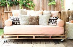 Sofa auf Holzpaletten