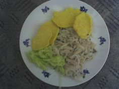 Čínské nudle, placky s těstíčka a okurkový salát.