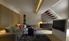 La prochaine maison est 1423 pieds carrés (132 mètres carrés) et deux chambres.  La simplicité est toujours immédiatement évident, mais avec plus d'un bord grave.  Les tons neutres envahissent l'espace, avec luminaire faire leur marque - comme une réponse moderne à un lustre qui pend du plafond voûté salle à manger.  Un atterrissage qui surplombe le salon principal ci-dessous est en verre, comme ce est le garde-corps sur le côté de l'escalier.  Avec l'ajout d'une lumière au néon d'accent…