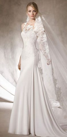 Spectacular flare wedding dress in gauze with sweetheart neckline. Gauze and lace create a second skin with a crew neckline complemented by a fabulous plunging back.