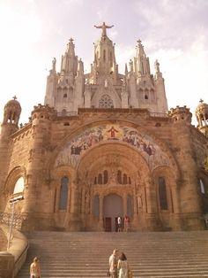 Une église sur l'autre. De quasiment n'importe où dans #Barcelone vous pourrez apercevoir le #Sacre_Coeur au sommet du parc #Tibidabo ! #Espagne #Sagrat_Cor Blog Voyage, Barcelona Cathedral, Places To Visit, Building, Travel, Sacred Heart, Around The Worlds, Park, Spain