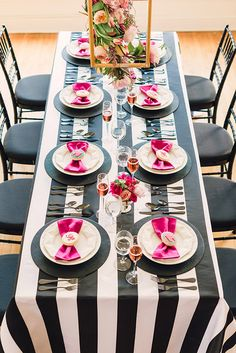 Blog OMG - I'm Engaged! - Decoração com preto, branco e rosa pink. Wedding decoration in pink, white & black.