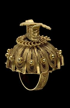 Africa | Ring, surmounted by an umbrella, stool and sword, from the Akan people | 19th century | Gold ||| {GPA}