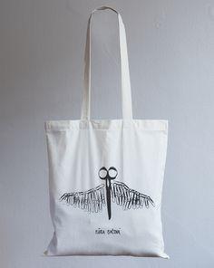 Mária Bačová a jej Nožnice sú ďalší produkt z limitovanej edície značky Bagbet a takisto sú vyrobené s láskou zo 100% bavlny. Šírka tašky je 37cm a výška 41cm. Cena je vrátane poštovného a DPH.